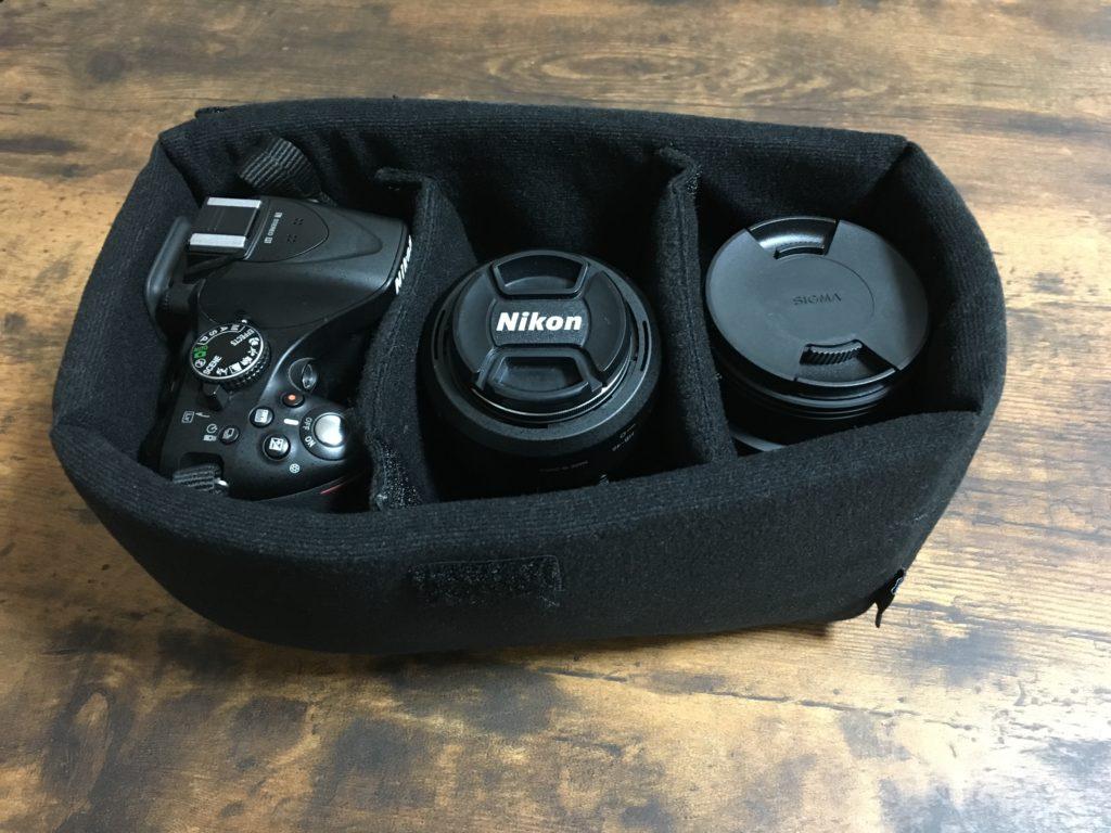 インナーボックスに入れたニコンのカメラとレンズ2つ