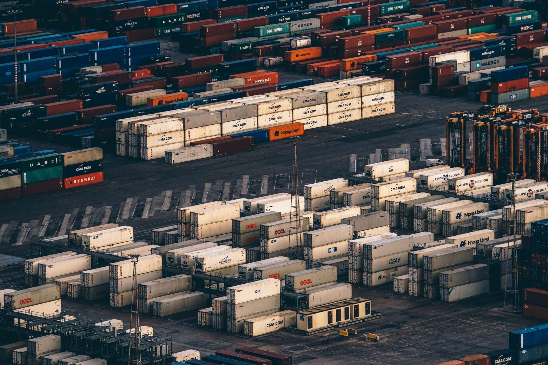 港にある貨物の山