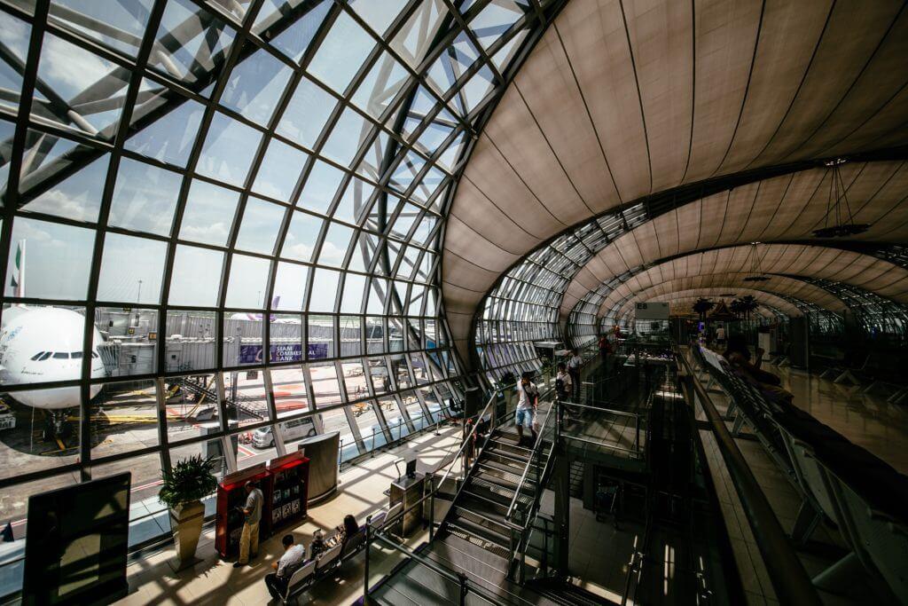 空港の出発ターミナルの風景